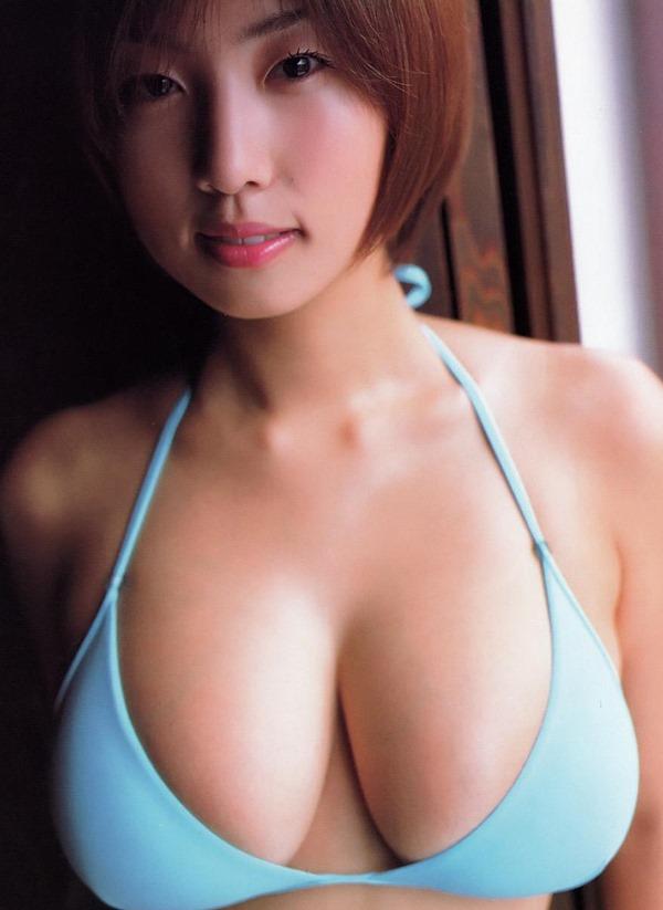 MEGUMIがテレビで谷間エロ画像20