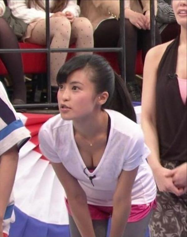 小島瑠璃子の水着姿の胸チラ谷間やTV出演時の谷間テレビキャプ画像10
