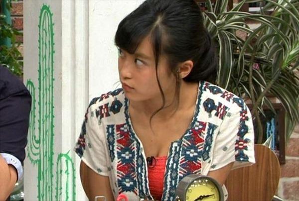 小島瑠璃子の水着姿の胸チラ谷間やTV出演時の谷間テレビキャプ画像18