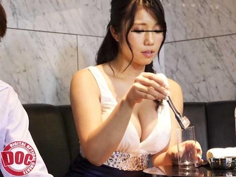 【新作】露出したキャバ嬢の胸が刺激的で見とれていると彼女が気づき、やたらと目を合わせてきたので… 3 5