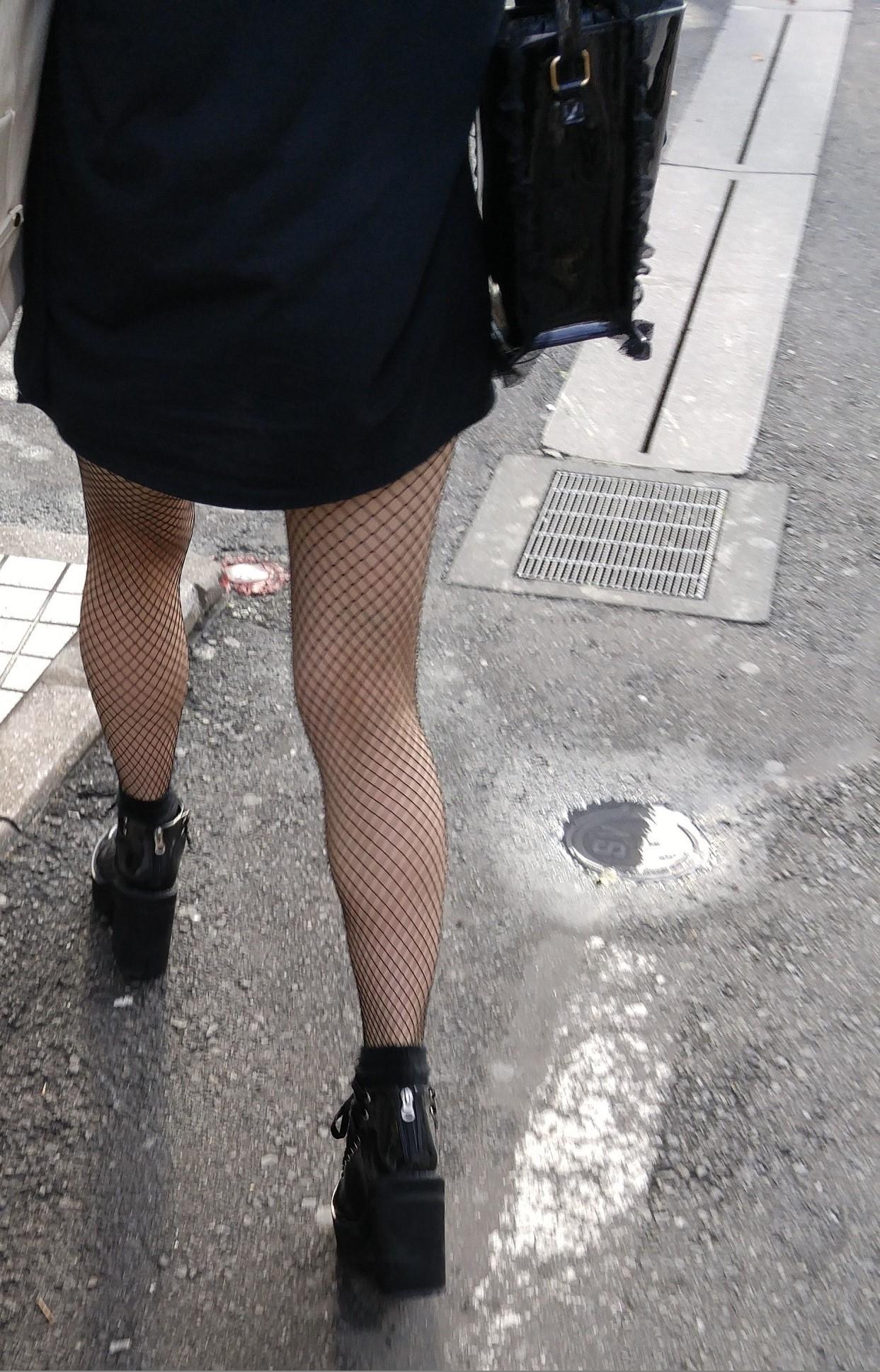 街中 黒網タイツの脚1