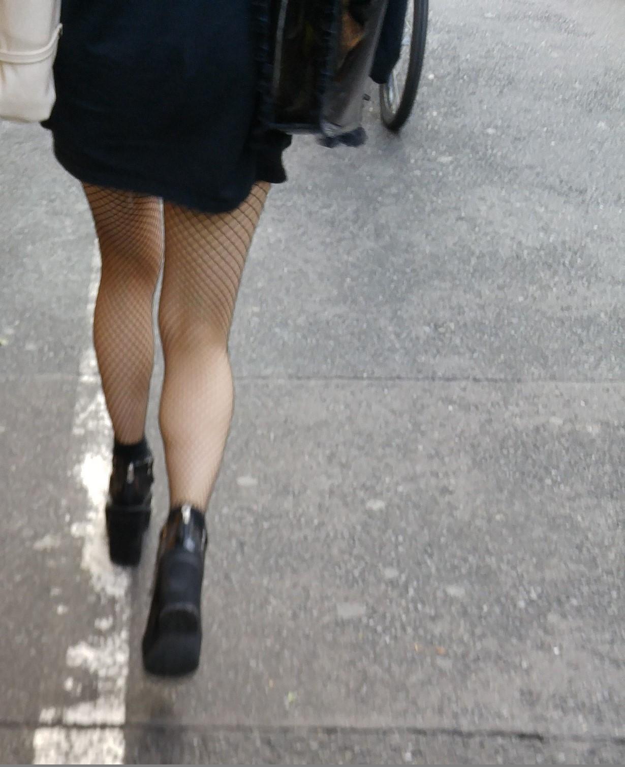 街中 黒網タイツの脚6