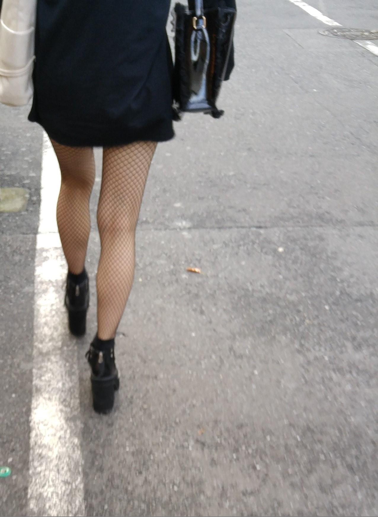 街中 黒網タイツの脚4