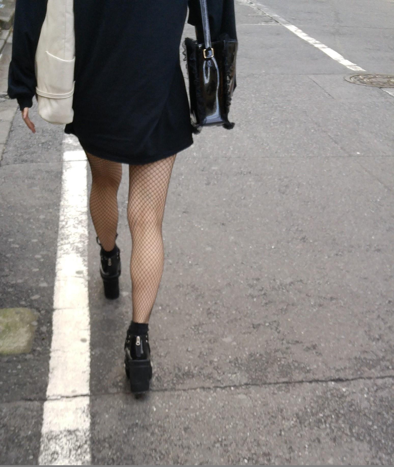 街中 黒網タイツの脚3