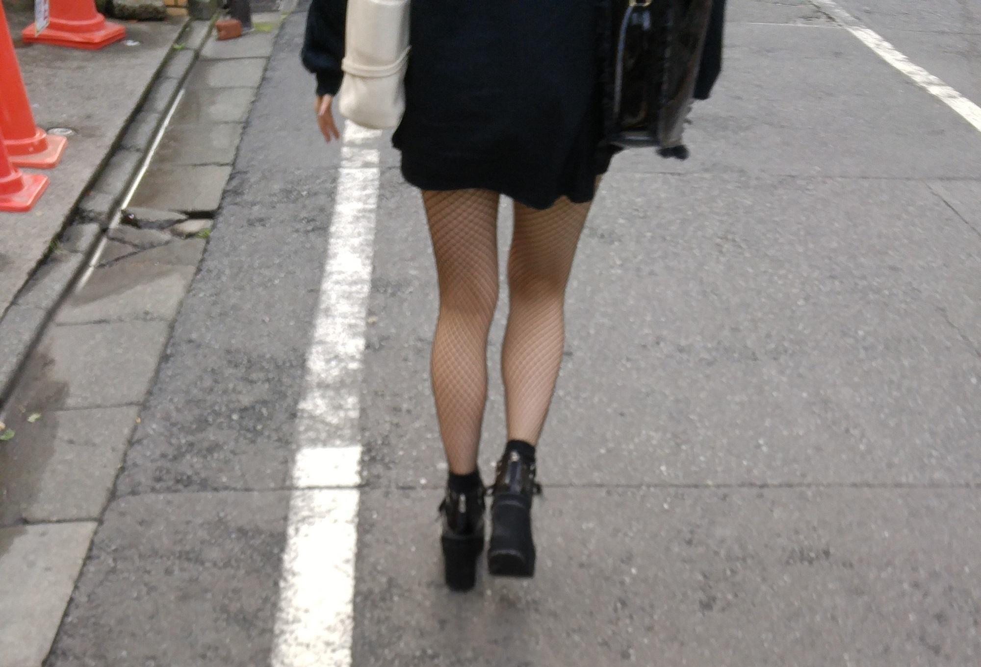 街中 黒網タイツの脚2