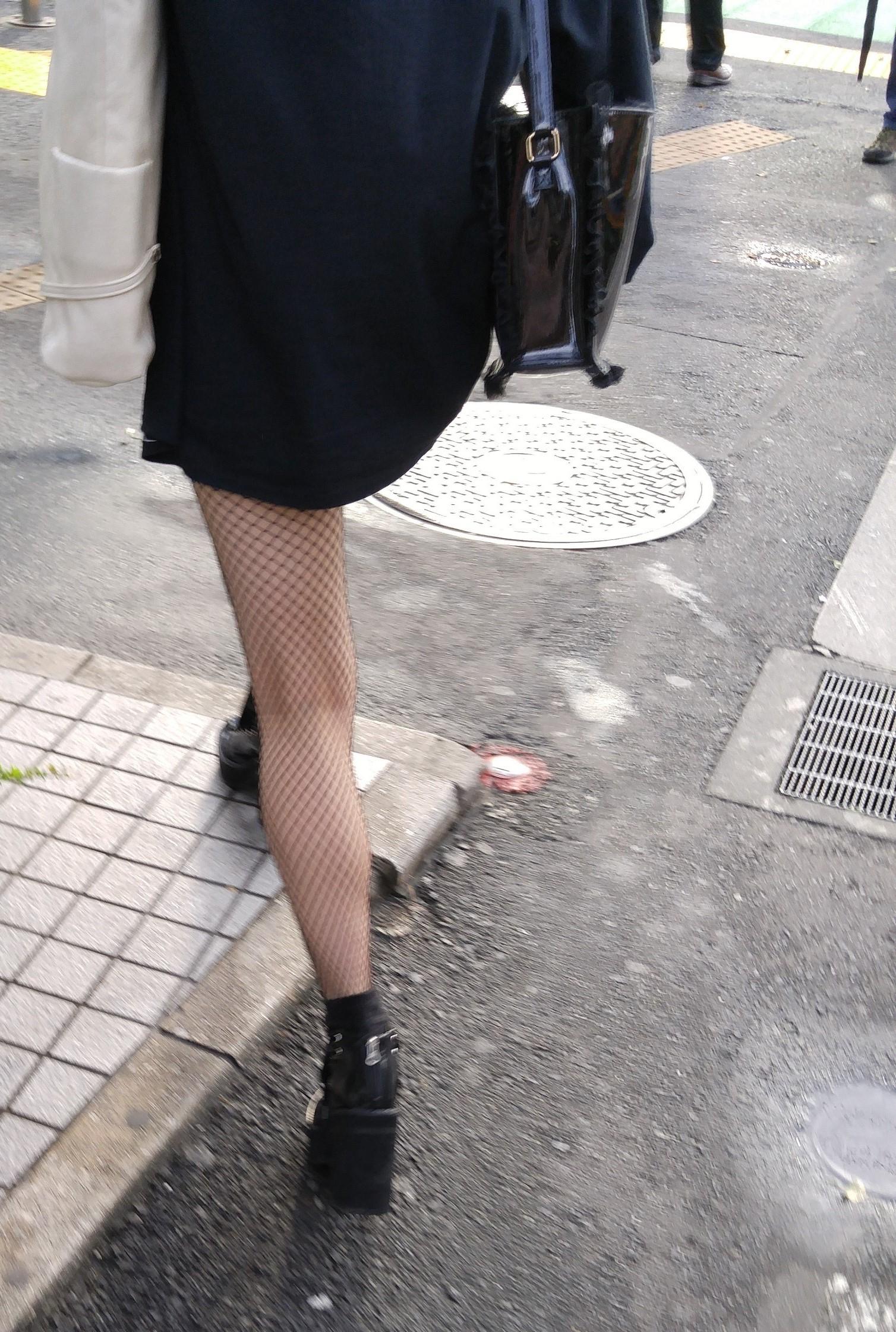 街中 黒網タイツの脚7