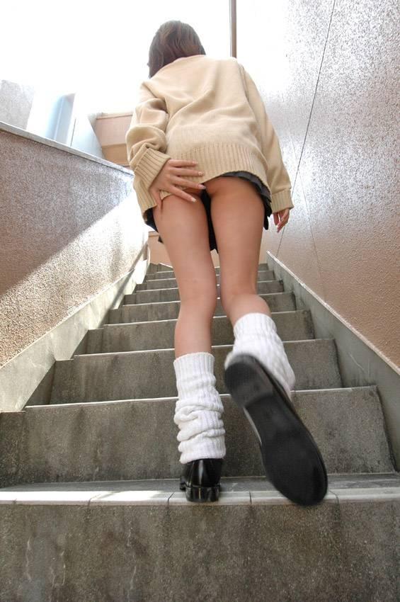 階段でチラ9