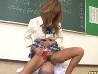 退屈な補習中に教師を金蹴りして騎乗位で犯す痴女ギャルJK 武藤クレア(pornhub)