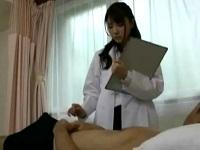 患者の勃起チンポに我慢できずについ手が伸びちゃう美人女医