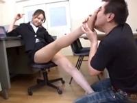 ミスをした部下を見透かしたように足を舐めさせるパンスト美脚OL(pornhub)