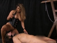 M奴隷に舐め奉仕させて口にディルドを装着して挿入する美人ミストレス(pornhub)