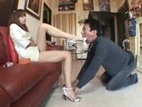 サンダルを履いたまま跪かせたM男の口につま先を突っ込むドSお姉さん(pornhub)
