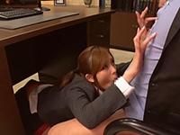 【桜木凛】部下に説教中に机の下で会長のチ○ポをくわえ逆セクハラする痴女OL