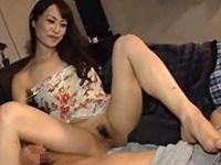夫が横で寝ているのにかかわらず義息子と中出しセックスする人妻