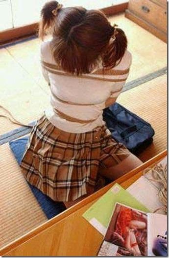 昭和浪漫風;母に内緒で調教された制服娘のSMエロ動画像28
