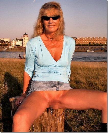 パンツはおろか、具まで見えちゃう役に立たない超ミニスカのエロ画像22