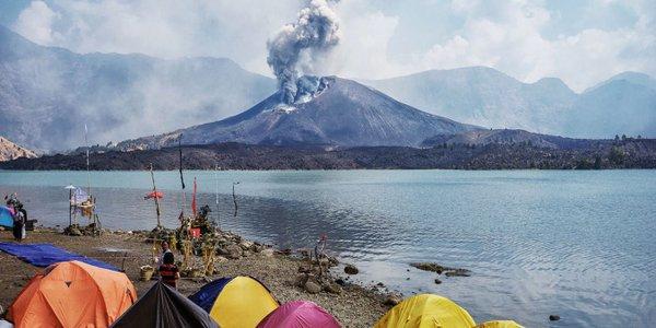 インドネシア・バリ島近くのリンジャニ山が噴火…断続的な噴火が現在も継続、火山灰により空港が閉鎖