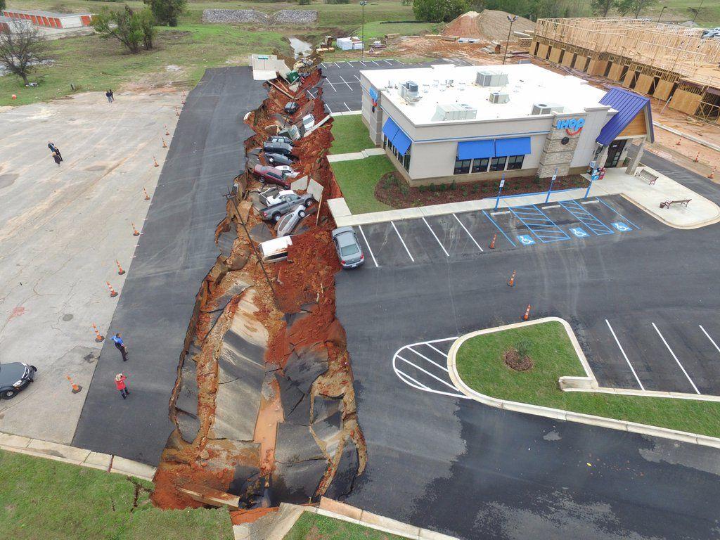 【シンクホール】アメリカ・ミシシッピ州のレストラン駐車場が突如陥没…車15台が飲み込まれる