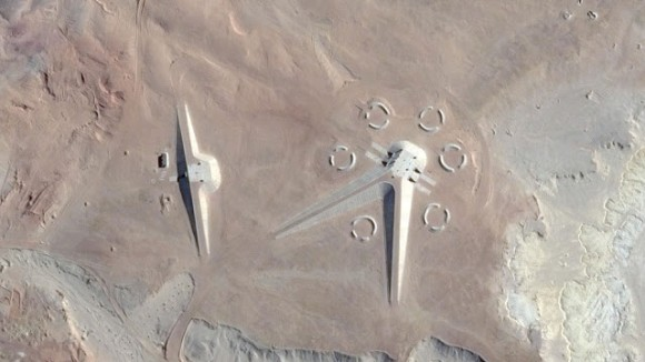 グーグルマップでエジプトの砂漠に「謎の構造物」があるのを発見…軍事施設、それとも秘密の研究所か