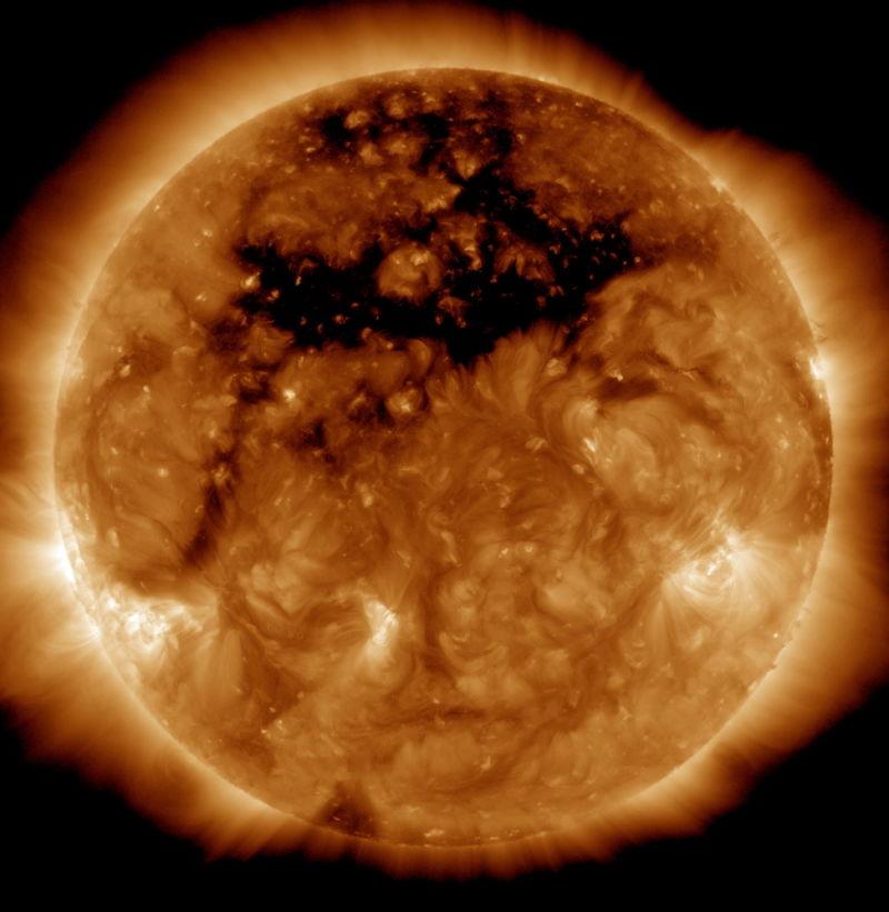 【コロナホール】太陽に「超巨大な黒点」が現れる…規模は地球50個分、とてつもないスピードで何かを吹き出す!