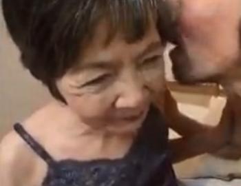 おばあさんになってもビデオで陰核をさらす