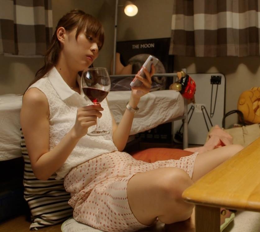 内田理央 美脚で悩殺イチャイチャシーンキャプ画像(エロ・アイコラ画像)