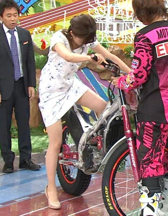 宮司愛海 ミニスカートでバイクにまたがり太もも大サービスキャプ画像(エロ・アイコラ画像)