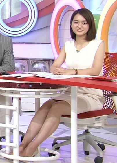 後藤晴菜 机の下のミニスカ美脚キャプ画像(エロ・アイコラ画像)