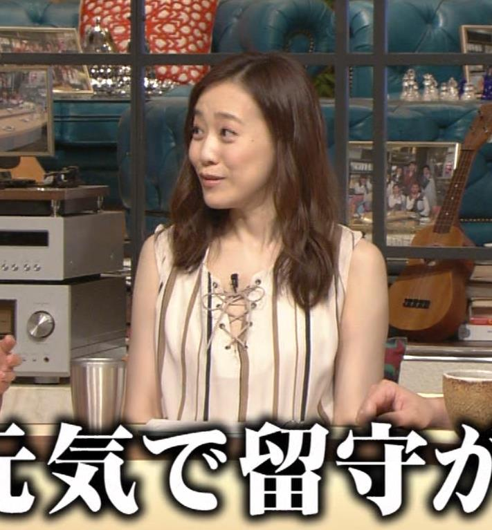 江藤愛 胸元がざっくり開いているように見えるキャプ画像(エロ・アイコラ画像)