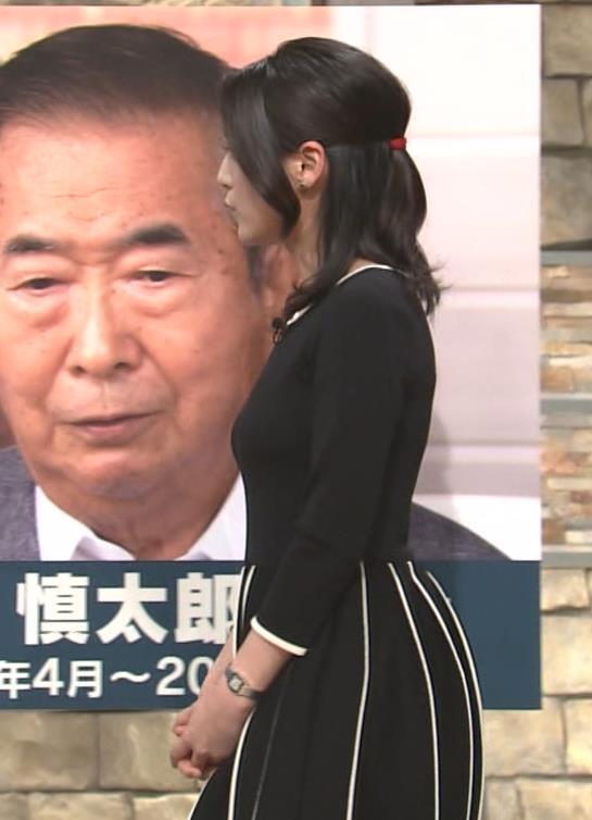 小川彩佳 胸のラインがでるタイトな服キャプ画像(エロ・アイコラ画像)