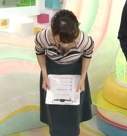 高見侑里 胸元が変なデザインの服で、前かがみ胸の谷間チラキャプ画像(エロ・アイコラ画像)