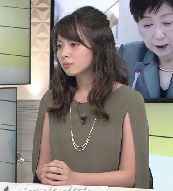皆川玲奈 変な切れ込みの袖の服キャプ画像(エロ・アイコラ画像)