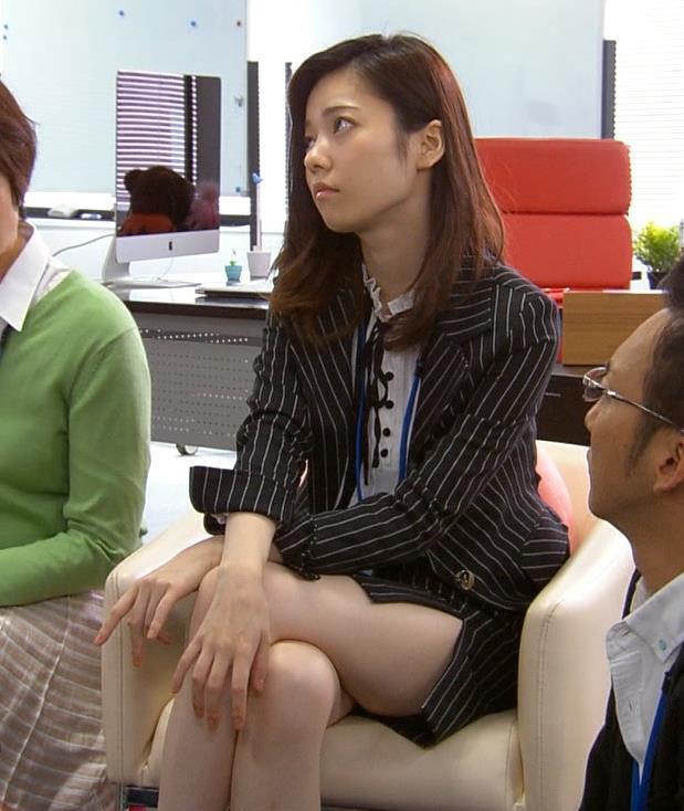 島崎遥香 ミニスカで足組んでスリットから太もも見えすぎ!キャプ画像(エロ・アイコラ画像)