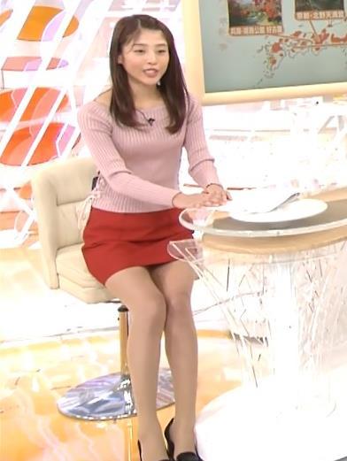岡副麻希 短すぎるミニスカで椅子に座る&胸パットの位置が高過ぎる?キャプ画像(エロ・アイコラ画像)