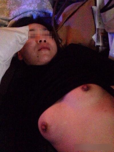 熟睡してる女性のおっぱいを撮影した画像 3