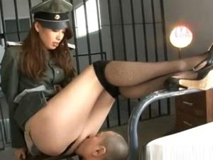 マゾのM男囚人を狙ってご奉仕させ射精管理する長身痴女の看守 今村楓
