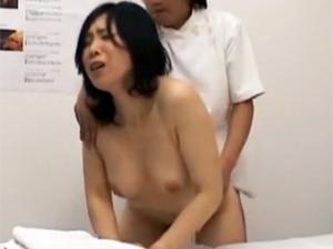 密室での施術でマッサージ師のテマンに悶えオチンチンをマンコに生入れされ声を出さないようにイキまくる人妻たち。