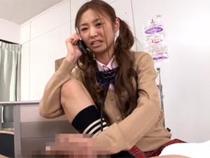 ギャル女医に包茎を馬鹿にされ罵倒されながらチンポの診察をされます。