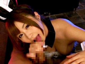 バニーガールでご奉仕する極上ピンサロ嬢の巨乳押し付けフェラチオ 成瀬心美