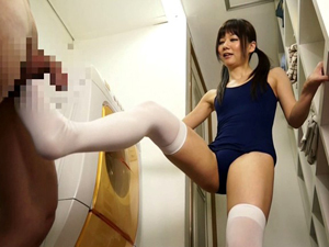 スクール水着×ニーソックスの美少女が徹底した足責めで大量射精するM男 宮地由梨香