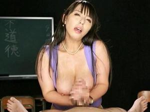 下品な淫語責め手コキで男の潮吹きさせる変態痴女教師 村上涼子